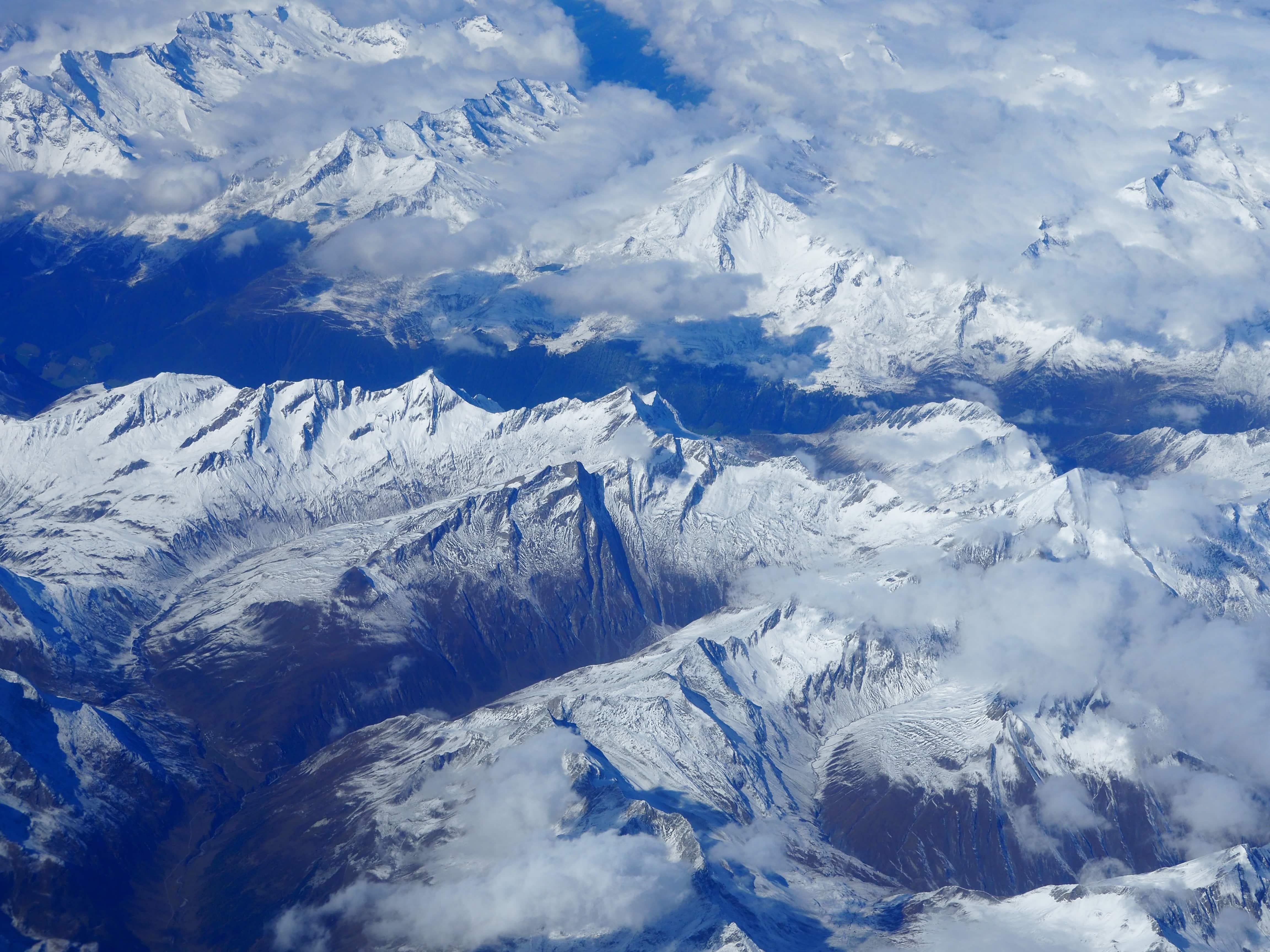 Le profil des alpes vu du ciel