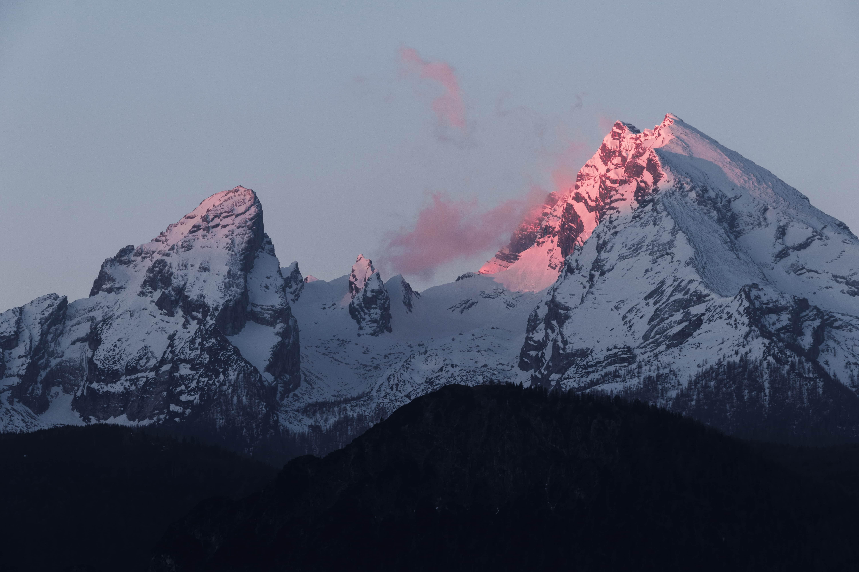 Le coucher de soleil sur l'arête d'une montagne des alpes