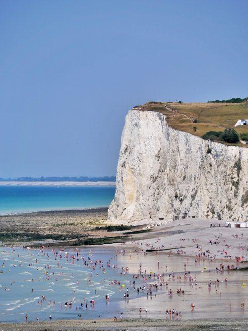 Une plage normande au pied d'une falaise blanche