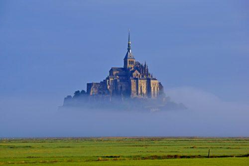 Le mont Saint-Michel dans la brume