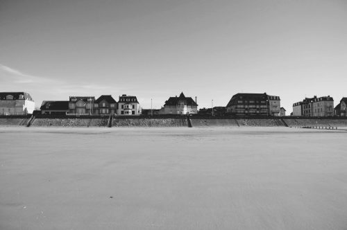 un village normand au bord d'une plage